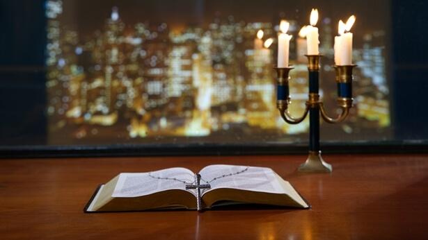"""Sofism: Cineva a spus: """"Biblia a fost inspirată de Dumnezeu. Nu este în niciun caz pătată de voința omului și este întru totul cuvântul lui Dumnezeu. Toate cuvintele din Biblie au fațete multiple și sunt prevestitoare, Biblia are o autoritate incontestabilă, nu există nicio altă carte care să se compare cu ea și toți trebuie să accepte că Biblia este lipsită de greșeală. Oricine spune că Biblia este pătată de voința omului sau că include erori atacă și neagă Biblia, iar astfel de oameni vor fi cu toții blestemați."""""""