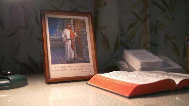 """Domnul a profețit clar: """"Iată, Eu stau la uşă şi bat! Dacă aude cineva glasul Meu şi deschide uşa, voi intra la el şi voi mânca cu el, şi el cu Mine"""" (Apocalipsa 3:20). Este evident că, atunci când Domnul Se întoarce, El va vorbi și Își va rosti cuvintele, iar toți cei care aud glasul lui Dumnezeu și Îl întâmpină pe Domnul vor fi răpiți înaintea lui Dumnezeu și vor lua parte la ospăț împreună cu Domnul înainte de nenorocire"""