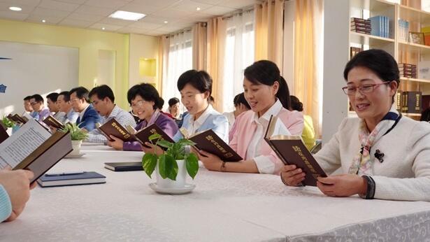 Mărturii din viața reală despre acceptarea lucrării de judecată a lui Dumnezeu din zilele de pe urmă, despre a fi răpiți înaintea tronului lui Dumnezeu și a lua parte la ospăț împreună cu Domnul