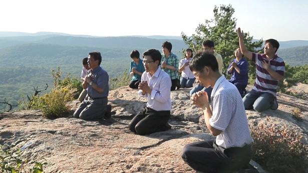 """Întrebare 1: Noi credem că întoarcerea Domnului va însemna că credincioșii sunt ridicați direct în Împărăția cerurilor, pentru că este scris în Biblie: """"apoi noi, cei vii, care vom fi rămas, vom fi răpiţi împreună cu ei în nori, ca să-L întâlnim pe Domnul în văzduh; şi astfel vom fi întotdeauna cu Domnul"""" (1 Tesaloniceni 4:17). Tu mărturisești că Domnul Isus S-a întors, așa că de ce suntem noi acum pe pământ și nu am fost încă răpiți?"""